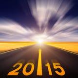 O movimento borrou a estrada asfaltada vazia para a frente ao ano novo Fotos de Stock Royalty Free