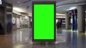 O movimento da compra dos povos e o verde sreen o quadro de avisos no meio video estoque