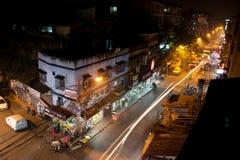 O movimento da noite alinha a formiga as silhuetas dos carros Foto de Stock Royalty Free