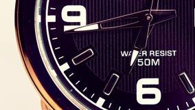 O movimento das mãos de um relógio de pulso video estoque