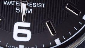 O movimento das mãos de um relógio de pulso filme