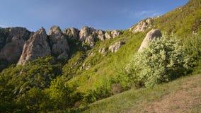 O movimento das nuvens na primavera nas montanhas da península de Crimeia vídeos de arquivo