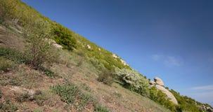 O movimento das nuvens na primavera nas montanhas da península de Crimeia filme