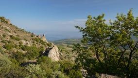 O movimento das nuvens na primavera nas montanhas da península de Crimeia video estoque