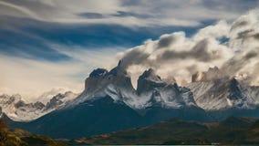 O movimento das nuvens sobre as torres de Cuernos Parque Torres del Paine, Patagonia video estoque