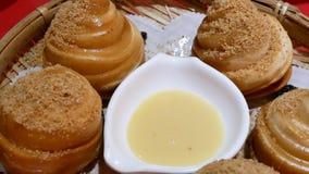 O movimento de frita o pó do bolo e do amendoim da farinha com leite condensado dentro do restaurante chinês vídeos de arquivo