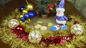 O movimento do fundo do Natal e zumbe dentro Fundo colorido verde vermelho do ouro Bolas do ouropel do boneco de neve e árvores d filme