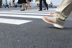 O movimento do pedestre, pessoa está movendo-se através da faixa de travessia fotografia de stock