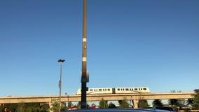 O movimento do skytrain deixou a estação na linha sempre-verde de Coquitlam video estoque