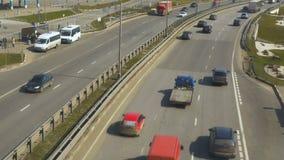 O movimento dos carros, em uma estrada suburbana Vista do cruzamento pedestre video estoque