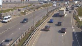 O movimento dos carros, em uma estrada suburbana Vista do cruzamento pedestre filme