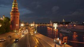 O movimento dos carros perto do Kremlin Fotografia de Stock Royalty Free