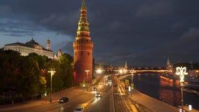 O movimento dos carros perto do Kremlin em Moscou na noite Imagem de Stock Royalty Free