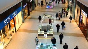 O movimento dos compradores e dos visitantes de arcadas da compra filme