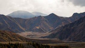 O movimento dos raios do sol no cenário da montanha filme