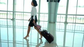 O movimento lento da mulher anda no terminal de aeroporto video estoque
