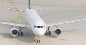 O movimento lento disparou do avião do passageiro que taxiing no aeroporto filme