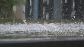 O movimento lento do close-up da fatura das gotas da água espirra na fonte filme
