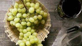 O movimento lento um o grupo de uvas cai na cesta na opinião de tampo da mesa vídeos de arquivo