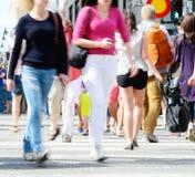 O movimento novo borrou a multidão (da compra) na rua Fotos de Stock