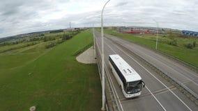 O movimento superior através do caminhão grande da estrada elevado move-se avante filme