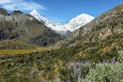 O Mt Huascaran e o Mt Chopicalqui de Laguna 69 arrastam, Peru fotografia de stock