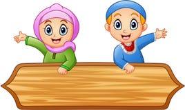 O muçulmano caçoa desenhos animados com sinal de madeira ilustração do vetor