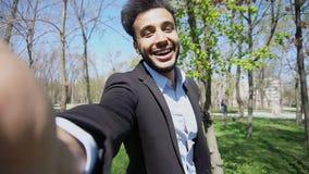 O muçulmano chama a amiga após o dentista e mostrar Teet branco novo Fotos de Stock
