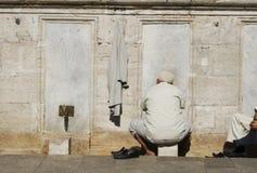 O muçulmano lava os pés na mesquita imagem de stock royalty free