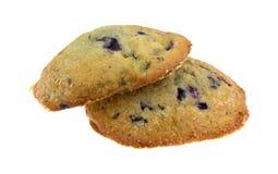 O muffin de blueberry recentemente cozido cobre em um fundo branco Foto de Stock