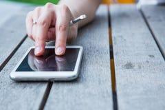 O multi smartphone do toque woodden sobre a tabela Fotografia de Stock Royalty Free