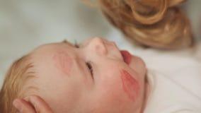 O Mum beija o bebê e os traços das folhas de batom vídeos de arquivo