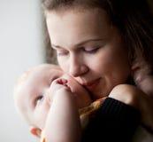 O Mum beija o filho pequeno. fotos de stock royalty free