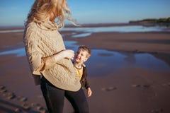 O mum e o filho estão olhando se e o sorriso Fotos de Stock