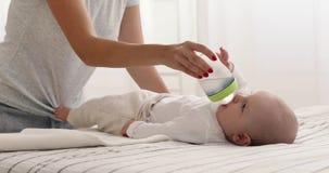 O Mum está alimentando o bebê com garrafa de água filme