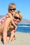 O mum feliz com uma filha tem um descanso no mar Fotografia de Stock Royalty Free