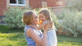 O mum novo abraça uma filha no gramado video estoque