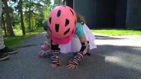 O Mum novo ajuda sua filha pequena a patinar em patins de rolo filme