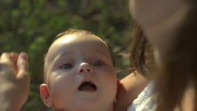 O mum novo guarda nas mãos seu bebê pequeno filme