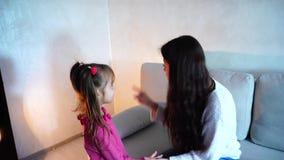O Mum que grita na filha e envia a criança ao suporte no canto filme