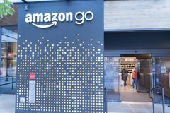 O mundo das Amazonas sedia a entrada da mercearia da tomada Imagens de Stock Royalty Free