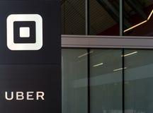 O mundo de Uber sedia a construção e o logotipo Foto de Stock