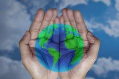 O mundo em suas mãos imagens de stock