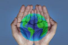 O mundo em suas mãos foto de stock