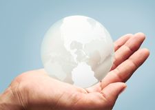 O mundo em suas mãos Imagens de Stock Royalty Free