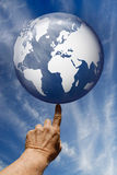 O mundo em suas pontas do dedo Fotos de Stock Royalty Free