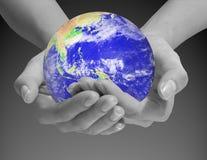 O mundo está em suas mãos Fotografia de Stock Royalty Free