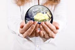 O mundo está em suas mãos Foto de Stock Royalty Free