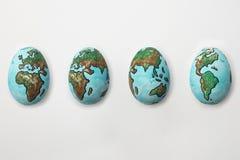 O mundo pintado nos ovos que mostram o ciclo da rotação do planeta E imagem de stock royalty free