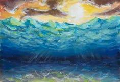 O mundo subaquático de turquesa azul bonita, mar acena, céu alaranjado do amarelo, sol branco, natureza brilhante, reflexão de ra Fotos de Stock Royalty Free